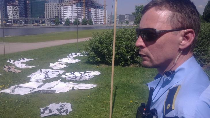 TATT NED:  Politiets innsatsleder Knut Lutro konstaterer at hakekorsbannerne er tatt ned inntil videre. - De hadde tillatelse til � filme, den uheldige timingen ble ordnet opp i raskt og udramatisk, sier innsatslederen. MMS-FOTO: �YSTEIN ANDERSEN/DAGBLADET.