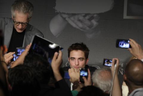POPUL�R: Selv i filmstjernevante Cannes skaper Robert Pattinson oppstyr. Her sammen med regiss�r David Cronenberg p� pressekonferansen i dag. Foto: Scanpix/AP Photo/Virginia Mayo