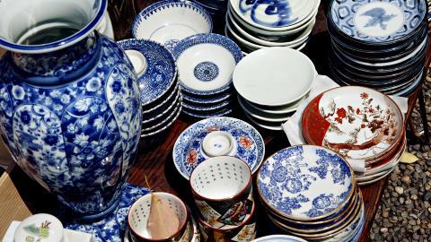 EKTE SUVENIRER: P� loppemarked i Tokyos templer kan du blant annet kj�pe japansk porselen, smijernstekanner, kimonoer og pyntegjenstander med historie. Foto: NINA HANSEN