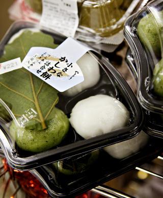 S�TE B�NNER: Godteri laget av b�nner er en av tingene du b�r teste i Japan. Foto: NINA HANSEN