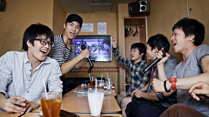 STAMKUNDER: Guttegjengen fra Tokyo er p� karaoke to ganger i uka. Snittprisen ligger p� ca 40 kroner for en halv time pr. person. For 300 kroner f�r du to timer, inkludert gratis drikke. Foto: NINA HANSEN