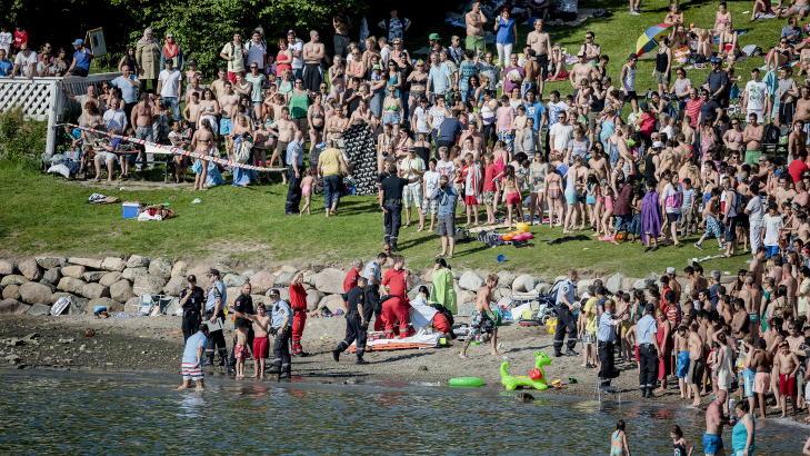 TETTPAKKET: Det var sv�rt mye folk p� badestranda da ulyken skjedde.  Foto: Krister S�rb� / NTB scanpix