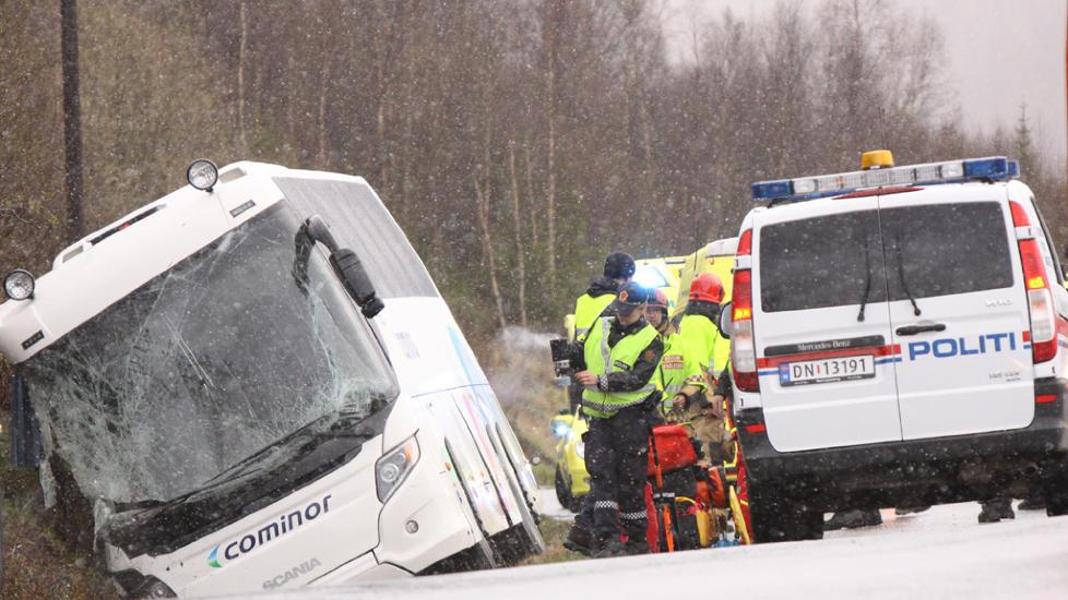 TO OMKOMNE:  To menn omkom og sju ble fraktet til sjukehus etter at en turistbuss fra Finnsnes i Lenvik kommune havnet i gr�fta i dag tidlig. Alle de innvolverte er fra kommunen. Foto: JON HENRIK LARSEN / SALANGEN-NYHETER.COM