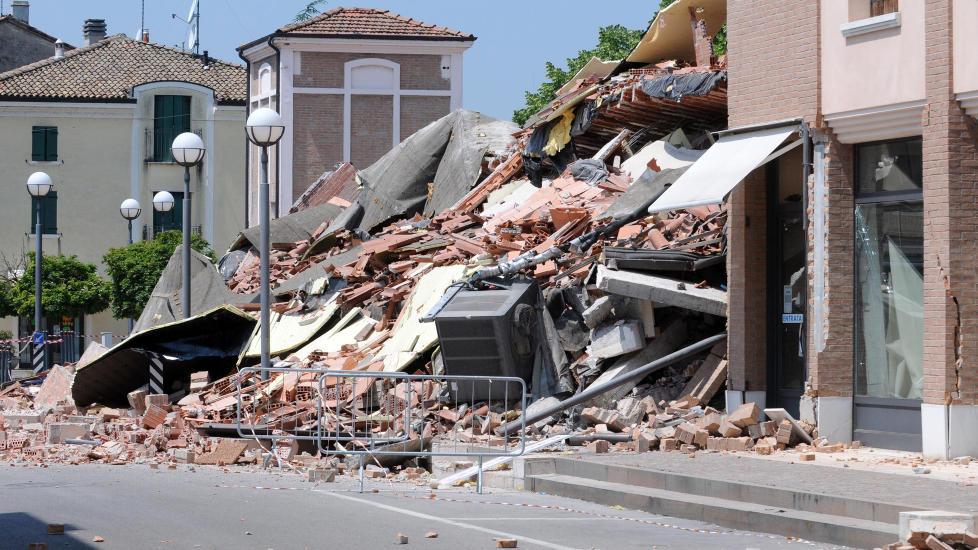 MINST 15 D�DE:  Minst 15 personer har mistet livet i jordskjelvet som rammet Nord-Italia i dag. Her fra en sammenrast bygning i Cavezzo Foto: AP Photo/Gianfilippo Oggioni, Lapresse/Scanpix