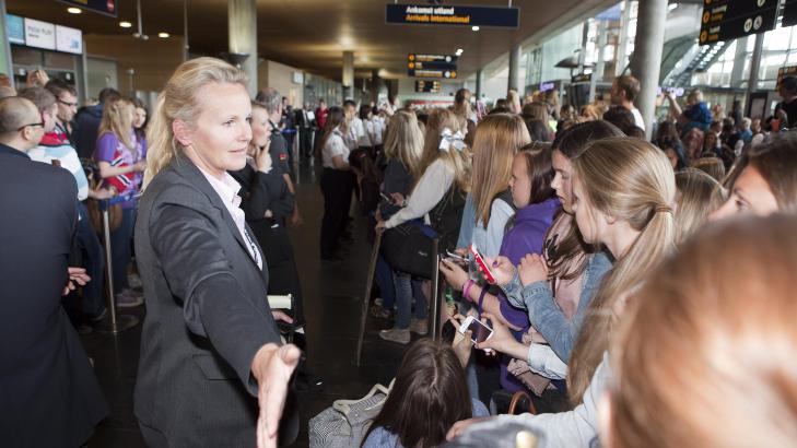 HYSTERI: Det har v�rt fullt kaos p� Gardermoen i dag Tone Dahl ved Garedermoen flyplass m�tte roe ned fansen. Foto: Anders Gr�nneberg