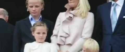 Prinsesse Ingrid Alexandra dirigerte barnekoret fra slottbalkongen