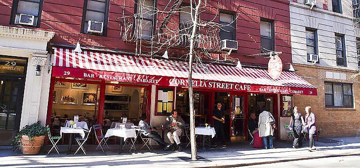 MAT & MER: Cornelia Street Caf� - mat, musikk, poesi i skj�nn forening. Norske New York-bosatte musikere som Eivind Opsvik, Lage Lund og Jostein Gulbrandsen st�r rett som det er p� plakaten her. Foto: TERJE MOSNES