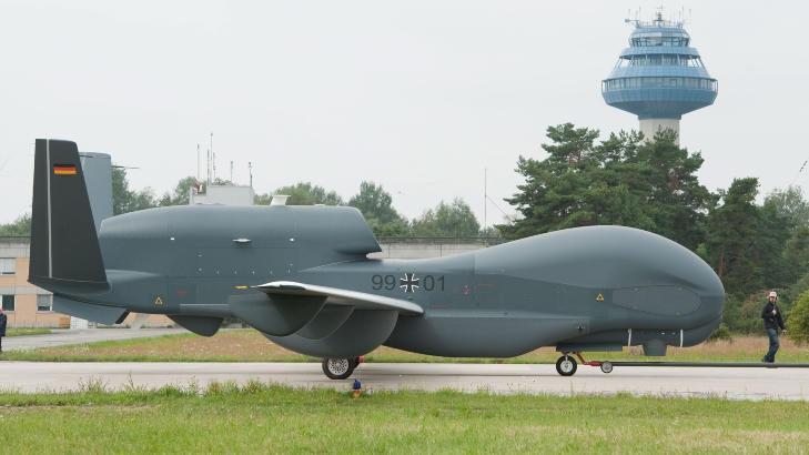 F�RERL�S FRAMTID:  En f�rerl�s Euro Hawk-drone p� den milit�re flybasen i Manching s�r i Tyskland 21. juli i fjor etter � ha fl�yet 'p� egenh�nd' fra California. Flyet har 40 meter vingespenn, kan fly i 20 kilometers h�yde og v�re sammenhengende i lufta i 30 timer. FOTO: ARMIN WEIGEL, AFP/NTB SCANPIX.