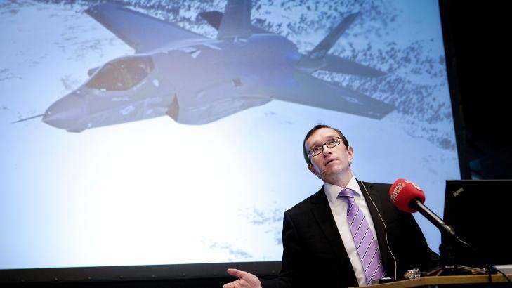 - DRONER INGEN ERSTATNING:  - F-35 kan ikke erstattes innen overskuelig framtid til norsk hovedbruk, sier forsvarsminister Espen Barth Eide (Ap) - her under presentasjonen 23. mars i �r av  regjeringens langtidsplan for Forsvaret, som blant annet omfatter 48 nye kampfly med base p� �rland. Foto: Tore Meek, NTB Scanpix.