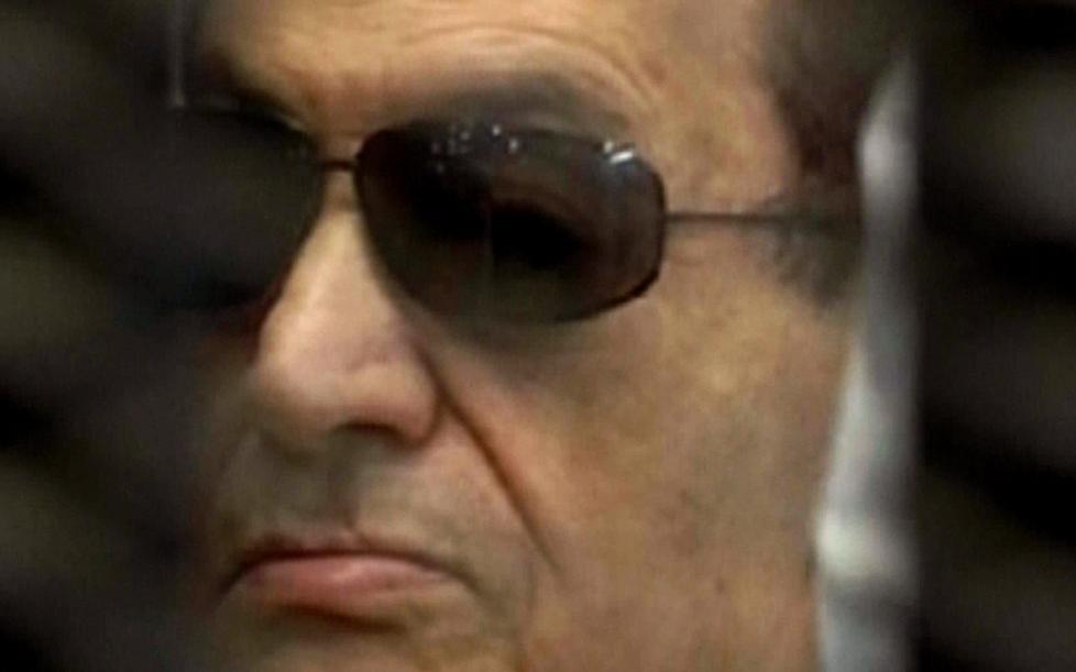 I RETTEN: Dette bildet fra Egypts statlige TV-kanal viser den sparkede presidenten Hosni Mubarak i et bur i retten idag, f�r han fikk vite dommen. Foto: AFP/Egyptisk TV.