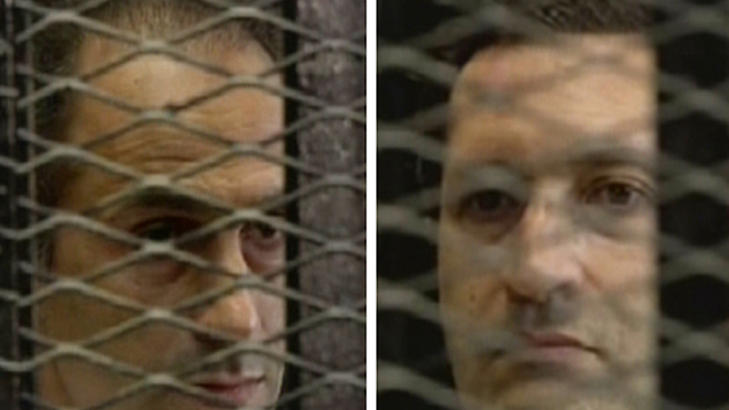 S�NNENE: Disse to bildene hentet fra Egypts statlige TV viser s�nnene til den kastede presidenten Hosni Mubarak, Gamal (t.v.) og Alaa mens de lytter til dommen mot sin far i Kairo i dag. Foto: AFP/HO/Egyptisk TV