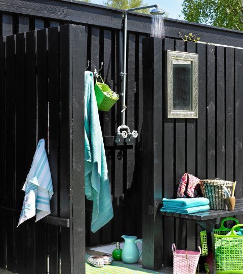 FLERE SONER: Flere soner i hagen er en trend i �yeblikket. En egen dusj gj�r seg p� varme sommerdager.  FOTO: Linnea Press