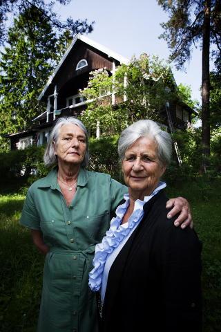 TILBAKE I HJEMMET: Sigrid Stamnes (67) og Inger Johanne �Nanne� F�rst (77) foran barndomshjemmet i V�ker�veien. Nannes mor gikk gravid med Sigrid da de ble kastet ut av Gestapo i 1944.