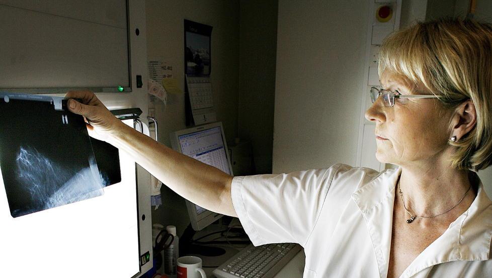 SJEKK: Mammo-operatør Kristin Haga ved Sentrum Røntgeninstitutt sjekker røntgenbilder. Hvert år kommer rundt 8000 kvinner for å ta mammografi her ved røntgeninstituttet i Kristian Augusts gate. Foto: OLE C. H. THOMASSEN/Dagbladet