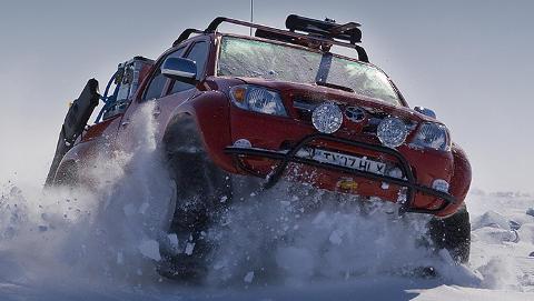 HARD CORE: P� vei mot den magnetiske nordpol. Foto: Arctic Trucks