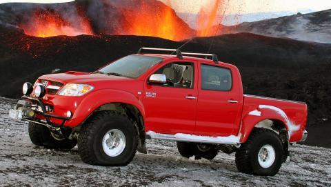 EKSPEDISJON: Arctic Truck Hilux ved den sv�rt aktive vulkanen Eyjafjallaj�kull i april 2010. Med p� turen var ogs� James May fra Top Gear. Foto: Arctic Trucks