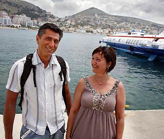 BOLIGKJ�PER: Bergenskvinnen Eva Griple Svalland (52) dro sammen med svogeren Sirus Seraji (48) p� leilighetsjakt i havnebyen Saranda. Etter en uke fant hun dr�mmestedet. Til h�yre ligger hydrofoilb�ten, som bruker en halvtime til greske Korfu. Foto: EIVIND PEDERSEN