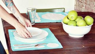 GJ�R-DET-SELV: Lag dekor p� spisebrikker. Dette og andre fiffige tips deler bloggeren bak a Beautiful Mess.  Foto: abeautifulmess.typepad.com