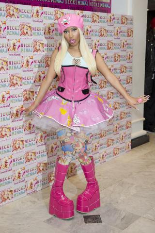 BARBIE:  Med lykketroll-str�mper og Barbie-skj�rt poserer Nicki Minaj i London i april. Foto: AP Photo/Jonathan Short