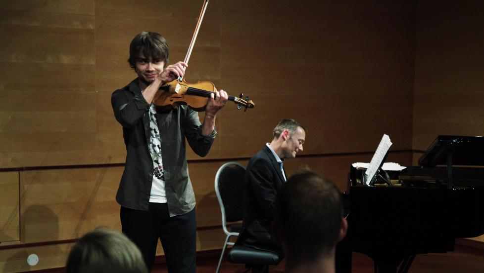 TO PROSENT EKSAMENSNERVER: Alexander Rybak har studert tre år ved Barratt Due Musikkinstitutt. I dag ble han eksaminert og måtte holde eksamenskonsert.<br /><br /> Foto: Steinar Buholm / Dagbladet.