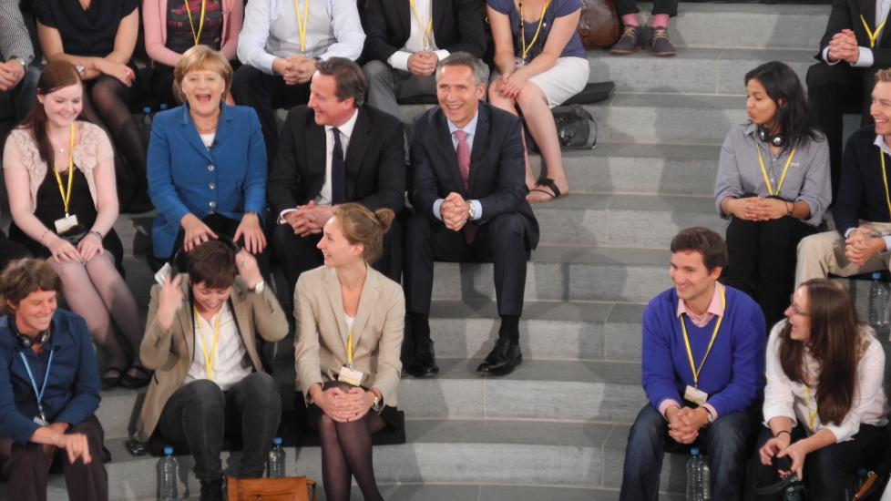 PÅ TOPP: De tre regjeringssjefene Angela Merkel, David Cameron og Jens Stoltenberg drøftet eurokrisa, men hadde det også hyggelig i møtet med studenter i Berlin. Foto: SMK