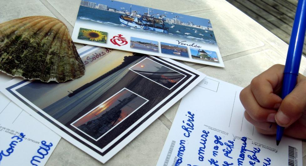 GAMMELDAGS: N� er det ikke mange som gidder � skrive postkort p� ferie lenger. Illustrasjonsfoto: COLOURBOX