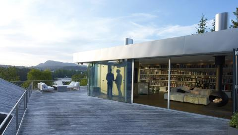 EN UNIK L�SNING: Den kombinerte stua/biblioteket er et rom du sjelden ser maken til.  Foto: Jeroen Musch