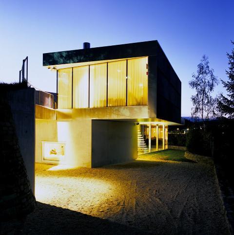 KULT I M�RKET: I skumringen lyser V-House som en lampe.  Foto: Jeroen Musch