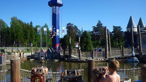 DAFT�LAND: Piratt�rnet og T�rnsj�en med radiostyrte piratskip i den nye eventyrparken. Foto: KIRSTEN M. BUZZI