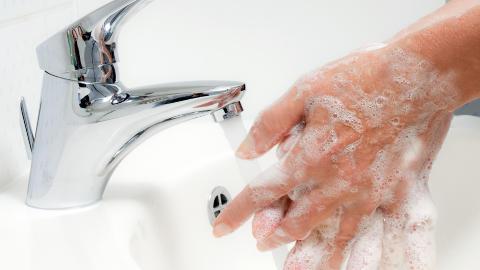 HYGIENE: V�r n�y med � vaske hendene n�r du er ute og reiser. Foto: COLOURBOX
