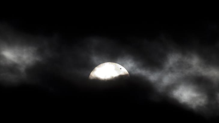 FRA NORGE: Tette skyer gjorde det h�pl�st vanskelig � fotografere Venus-passasjen fra Oslo. Mot slutten �pnet det seg imidlertid en sprekk. Foto: Geir Barstein / Dagbladet