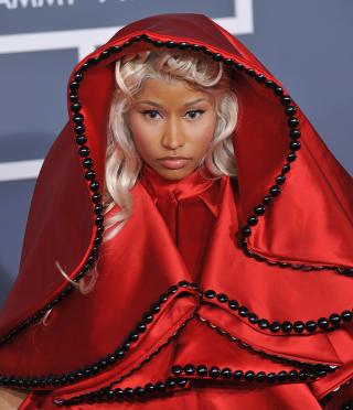 R�DHETTE: Da utkledningsglade Minaj ankom �rets Grammy-utdeling if�rt dette kostymet, og med en pavekledd kavaler ved hennes side, skapte hun Twitter-storm. Foto: Stella Pictures