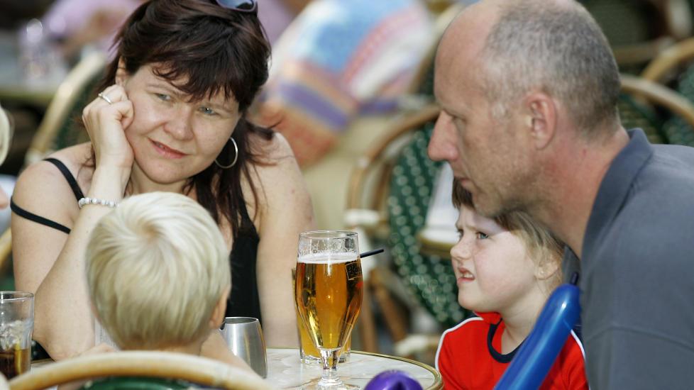 ALKOVANER: Barn tar ikke skade hvis foreldrene bare tar seg et glass, mener rusforsker om ny alkovaneunders�kelse  Illustrasjonsfoto: Heiko Junge / SCANPIX .