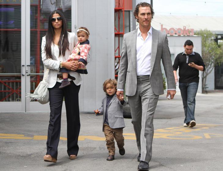 LITEN FAMILIE: Matthew McConaughey og Camila Alves, n� McConaughey, har barna Levi (4) og Vida (2). Foto: Stella Pictures