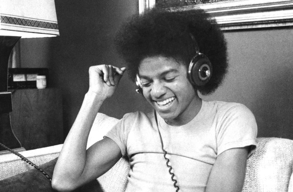 KLOKKELYKKE: Michael Jackson, et par hodetelefoner, og musikken, 1977. Foto: New York Daily News Archive/Getty Images