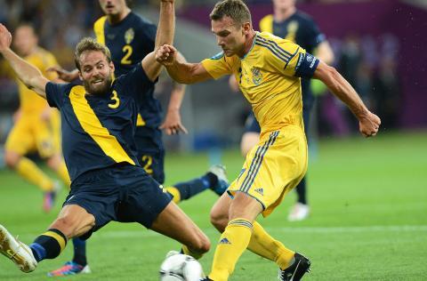 SCORET TO: Andrej Sjevtsjenko scoret to mot Sverige. Her i duell medOlof Mellberg. Foto: EPA/GEORGI LICOVSKI