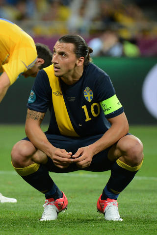 DEPPET: Zlatan Ibrahimovic var god mot Ukraina, men det holdt ikke til poeng. Foto: AFP PHOTO / DAMIEN MEYER