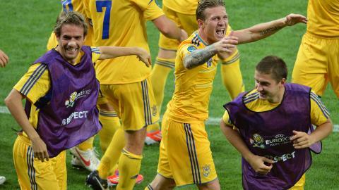 JUBEL: Andriy Voronin og de ukrainske spillerne. Foto: AFP PHOTO / SERGEI SUPINSKY