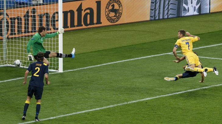 SCORET TO: Andrej Sjevtsjenko scorer i duell med Olof Mellberg. Foto: AP Photo/Darko Vojinovic