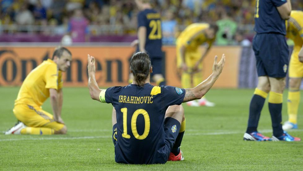 IKKE FORNØYD: Zlatan Ibrahimovic var misfornøyd med spillet, spesielt før pause i går, og oppsøkte Markus Rosenberg for å si hva han mente. Foto: SCANPIX/AFP/JONATHAN NACKSTRAND