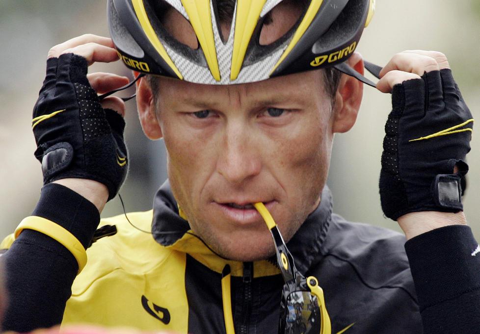 ANMELDT AV ANTIDOPINGBYRÅ: Lance Armstrong får ikke konkurrere i triathlon etter at han er anmeldt av det amerikanske antidopingbyrået. Foto: AP Photo/Marcio Jose Sanchez