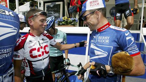 GAMLE VENNER: Lance Armstrong og Tyler Hamilton. Hamilton hevder han så Armstrong dope seg. Foto:   REUTERS/Vincent Kessler