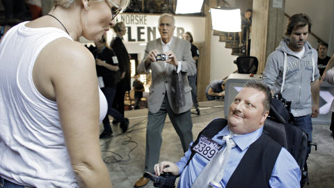 HELOMVENDING: Morten L�thcke fikk f�rst beskjed om at han var videre, s� fikk han beskjed om at det ikke var plass til rullestolen hans p� planlagt dato. I dag fikk han endelig sunget for dommerne, her snakker han med dommer Mia Gundersen. Foto: Frank Karlsen / Dagbladet