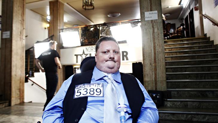ORDNET SEG:  Morten L�thcke fikk i dag synge under konkurransen Norske Talenter p� TV 2 etter at han gikk videre fra forrige runde. Dommerpanelet ble flyttet til foajeen slik at han fikk opptre i bygningen Christiania Teater, som ikke har tilrettelagt for at rullestolbrukere kan komme opp p� scenen i hovedsalen. Foto: Frank Karlsen / Dagbladet