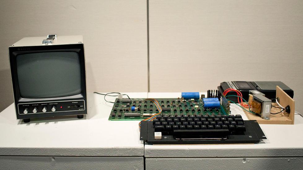 APPLE 1: Datamaskinen Apple 1, gikk under hammeren p� auksjonshuset Sotheby's, og sluttbudet l� p� 374 000 dollar (2,2 millioner kroner). Den har ikke skjerm, men ble solgt med original kassettspiller og bruksanvisninger. Maskinen er ett av bare seks kjente eksemplarer av maskinen som fortsatt virker, if�lge Sotheby's. Foto: Andrew Burton / Getty Images / AFP / Ntb Scanpix