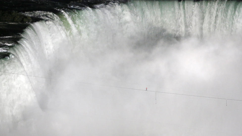 BALANSERER OVER NIAGARAFOSSEN: Amerikanske Nik Wallenda balanserte p stram line over den bermte Niagarafossen p grensen mellom USA og Canada. Turen over var p 550 meter og tok mindre enn 30 minutter  utfre. Foto: MARK BLINCH / REUTERS / NTB SCANPIX