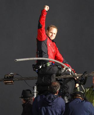550 meter: Balansekunstneren brukte mindre enn 30 minutter p� � balansere 550 meter ove Niagarafossen. Foto: MIKE CASSESE / REUTERS / NTB SCANPIX