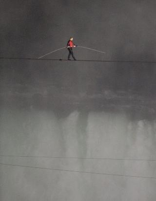 VINDKAST: Før vandringen sa Wallenda at han mest av alt fryktet brå vindkast som kunne presse ham ut av likevekt. Foto: WARREN TODA / EPA / NTB SCANPIX