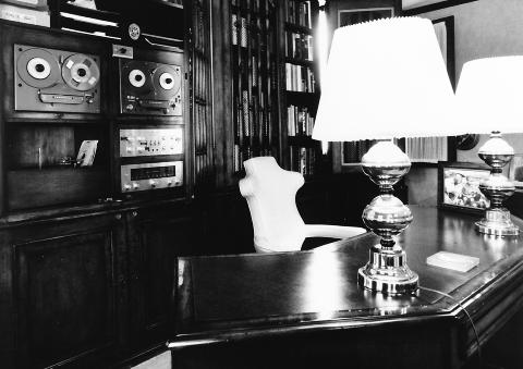 BEST I VERDEN: Tidlig p� 1960-tallet var Tandberg kjent for � lage verdens beste b�ndspillere. Her er to eksemplarer i hylla hjemme hos jazzlegenden Louis Armstrong i huset hans i Queens i New York. Foto: Audiohistory.com