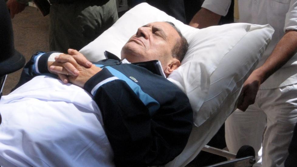 KLINISK DØD: På dette bildet fra 7. september 2011, blir Egypts tidligere president Hosni Mubarak brakt til rettssaken mot ham i Kairo. Etter et slag tidligere i dag, ble han brakt fra et fengselssykehus til et militært sykehus. Han er nå meldt klinisk død av det egyptiske nyhetsbyrået MENA. Foto:EPA/STR